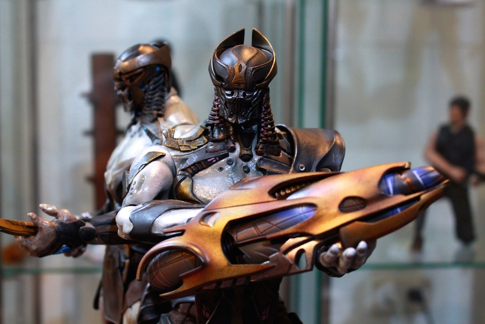 The Chitauri Commander and Foot Soldier 1/6th Scale Figures by Hot Toys!